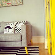 pieds compas jaunes sur canapé ikéa