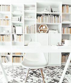 Espacio de trabajo de estilo nórdico en el que brilla con fuerza el suelo de baldosa hidraúlica y la silla tower wood blanca   Disponible en tienda, 34,00 €