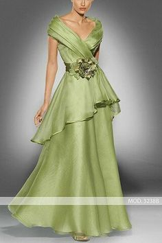 Vestido de madrina largo de witheRed to be Ripoll modelo Mother Of Groom Dresses, Evening Dresses, Formal Dresses, Mom Dress, Beautiful Gowns, Blouse Designs, Wedding Gowns, Party Dress, Fashion Dresses