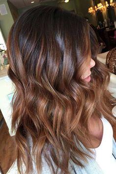 karamell braune haare, mittellange lockige haare mit karamellbraunen spitzen