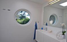 villa blev omdannet til moderne poolhouse, Bad/toilet Villa, Pool Houses, Bathroom Lighting, Toilet, Mirror, Furniture, Design, Home Decor, Modern
