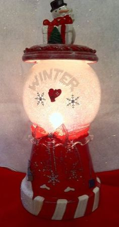 Must try this for Christmas this year.previous pinner wrote: One of my favorite terra cotta lamps I used elmers spray glue and went around the inside of the globe then added glitter. Clay Pot Projects, Clay Pot Crafts, Diy And Crafts, Christmas Clay, Christmas Projects, Christmas Ornaments, Clay Ornaments, Clay Flower Pots, Flower Pot Crafts
