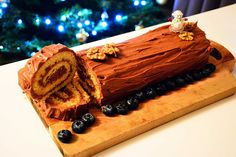 Bûche de Noël: The French Christmas log cake Really nice recipes. Every hour. Christmas Log Cake, French Christmas, Christmas Chocolate, Christmas Desserts, Christmas Traditions, Old Fashioned Cake Recipe, Yule Log, Incredible Recipes, Tray Bakes