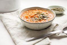 Deze Marrokaanse soep, harira, zit boordevol kruiden en groenten door de tomaten, kikkeren, rode linzen en wortel. Het recept vind je hier!