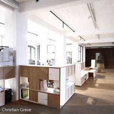 Mit einem einfachen Gestaltungsprinzip wird das Großraumbüro Tudock mit schlichten aber funktionalen Kuben unterteilt. #office #interior #einrichten #raumtrenner