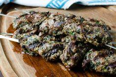 Deliciosas brochetas de cordero a la parrilla Barbacoa, Hot Dogs, Steak, Grilling, Bbq, Veggies, Foodies, House, Grilled Steaks