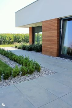 Plain grey concrete slabs for small front porch Villa Design, House Design, Modern Driveway, Front Yard Garden Design, Outdoor Landscaping, Outdoor Decor, Small Front Porches, Best House Plans, Concrete Patio
