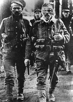 Wounded British and Belgium soldiers retreating from Mons, 1914 during The Great War. (Photo by Three Lions/Getty Images)