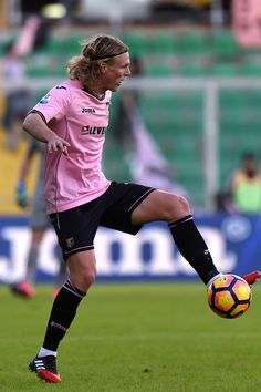 Oscar Hiljemark of Palermo in action during the TIM Cup match between US Citta di Palermo and AC Spezia at Stadio Renzo Barbera on November 30, 2016 in Palermo, Italy.