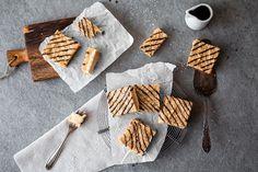 Cremige Samoa Cookie Bars stehen heute für euch bereit! Sie bestehen aus einem knusprigen Mürbeteig-Boden, einer cremig weichen Schicht gesundem Karamell und on top aus einer knackigen Schokoladen-Schicht! Beim heutigen Rezept habe ich mich mal wieder von Pinterest inspirieren lassen. Genauer
