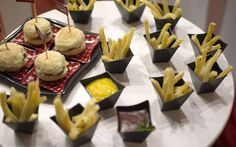 Mini-burger e mini batatas Mr Bean Birthday, Birthday Parties, Mini Pizzas, Mini Hamburgers, Neon Party, Tropical Party, Baby Party, Minnie, Creative Food