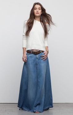 Long denim maxi - love the belt fly and pockets Long Denim Skirt Outfit, Maxi Skirt Style, Denim Outfit, Skirt Outfits, Dress Skirt, Cool Outfits, Winter Fashion Outfits, Denim Fashion, Boho Fashion
