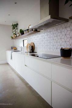 33 veces he visto estas grandes cocinas negras. Black Kitchen Cabinets, Kitchen Units, Black Kitchens, Home Kitchens, Kitchen Black Tiles, Concrete Kitchen Floor, Kitchen Counters, Home Decor Kitchen, New Kitchen