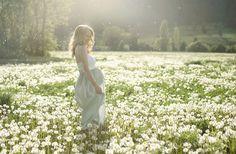 Jolie photo de grossesse parmi les fleurs