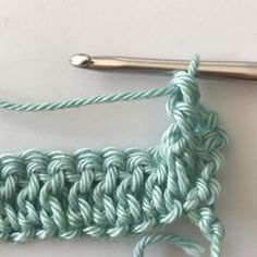 Gratis haakpatroon voor het haken van een ledikantdeken in de wafelsteek. Met duidelijke foto instructies en uitleg. Crochet Stitches, Knit Crochet, Crochet Patterns, Crochet Afghans, Baby Set, Crochet Baby Toys, Crochet Fashion, Merino Wool Blanket, Cross Stitching