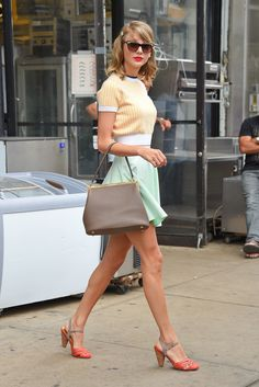 Taylor Swift Gives Tough Love To Gal Pal Ellie Goulding!: Photo Taylor Swift is super chic in pastels while exiting the gym after a workout on Tuesday (July in New York City. Estilo Taylor Swift, Taylor Swift Outfits, Taylor Swift Style, Taylor Alison Swift, Looks Style, Looks Cool, Estilo Girlie, Cooler Style, Zooey Deschanel