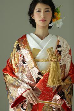 古典柄/ゴージャス 鶴/鳳凰をあしらった色打掛 雪輪鶴 赤 Kimono Japan, Japanese Kimono, Traditional Fashion, Traditional Outfits, Japanese Costume, Wedding Kimono, Japanese Wedding, Classic Wedding Dress, Japanese Outfits