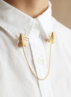 Items similar to Brass Fly Collar Brooches on Etsy Fashion Details, Look Fashion, Womens Fashion, Jewelry Accessories, Fashion Accessories, Fashion Jewelry, Collar Clips, Piercings, Ideias Fashion