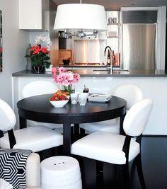 Mesa redonda com quatro lugares. http://www.decorfacil.com/salas-de-jantar-pequenas/