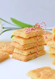 Want to learn how to make EASY homemade keto cheese crackers recipe at home ? Keto almond flour cheese crackers with only g net carbs. Keto Crackers Recipe, Cheese Cracker Recipe, Low Carb Crackers, Homemade Crackers, Cheese Snacks, Keto Snacks, Snack Recipes, Keto Foods, Baked Cheese