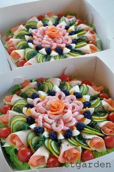 beautiful meat and veggie tray Sandwich Torte, Food Platters, Meat Trays, Meat Platter, Seafood Platter, Cheese Trays, Good Food, Yummy Food, Veggie Tray