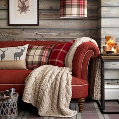 Cabin decor: rustic living room with red couch and tartan accessories Deco Champetre, Country House Interior, Country Homes, Piece A Vivre, My Living Room, Winter Living Room, Woodland Living Room, Red Couch Living Room, Red Living Room Decor