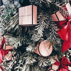 Christmas obsession! ☃ Por favor díganme que no soy una única para la que un fin de semana de Navidad no es suficiente ❄ Me encontré este árbolito de Navidad decorado con cajas de @victoriassecret y se me hizo de lo más cool  Platíquenme de qué decoraron su árbolito este año . Yo les dejé una foto del mío en @misscathiarivera. . . . . . #bloggermexicana #mexicanbloggers #blogdebelleza #VictoriasSecretMx #VictoriasSecret #thatsdarling #christmastree #christmasgifts #christmas