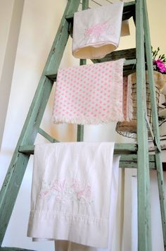 Oh so shabby ladder ~ <3 the color of this ladder.