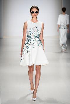 Inspirations: Trends für Frühling / Sommer 2015: Das kleine weiße Kleid http://elfashion.de/2015/03/inspirations-trends-fuer-fruehling-sommer-2015-das-kleine-weisse-kleid/#more-1075