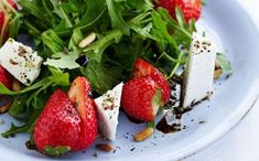 Her får du opskriften på en nem og lækker jordbærsalat med rucola, ristede pinjekerner, balsamico og fetaost. Servers eventuelt med godt brød.