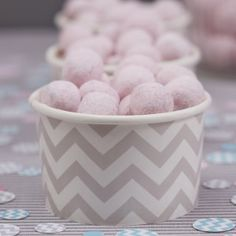 6 chevron zig zag treat cups with wooden scoops in grey. Perfect ice cream tubs for baby showers, birthdays & sweet buffet parties. Ice Cream Treats, Ice Cream Party, Baby Shower Garcon, Organiser Une Baby Shower, Chevron Gris, Gateau Baby Shower, Deco Pastel, Ice Cream Tubs, Sweet Buffet