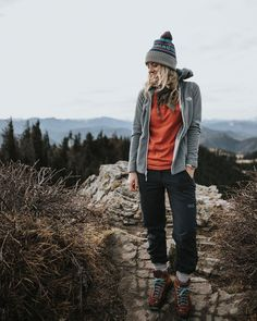 - camping - Untitled - - The Best Hiking fashion images, clothes,boats, hats Cute Hiking Outfit, Trekking Outfit, Summer Hiking Outfit, Mountain Hiking Outfit, Mode Plein Air, Rote T-shirts, Rock Climbing Workout, Climbing Pants, Tee Shirt Rouge