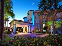 Holiday Inn Express Naples Downtown 5th Avenue Naples (Florida) This Naples hotel is 1.6 km from Naples Beach, restaurants, and shopping at 5th Avenue. Guests will enjoy a heated outdoor pool, hot tub, and daily hot breakfast.  All accommodations feature a work desk and chair.