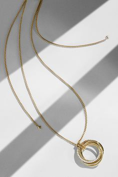 Crossover® pendant in 18k gold with diamonds.
