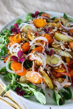 Salad With Baked Carrots, Potatoes And Roasted Sunflower Nuts Real Food Recipes, Vegan Recipes, Cooking Recipes, Waldorf Salat, Creamy Tomato Pasta, Healthy Food Alternatives, Human Nutrition, Meal Planner, Caprese Salad