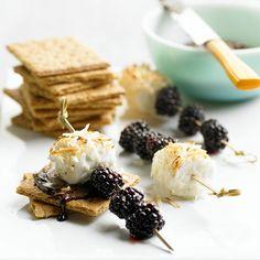 Десерт с творожным сыром и ежевикой