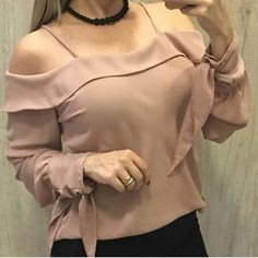 Camisas Blouse Styles, Blouse Designs, Hijab Fashion, Fashion Dresses, Off Shoulder Outfits, Short Sleeve Collared Shirts, Blouse Vintage, Cute Tops, Urban Fashion
