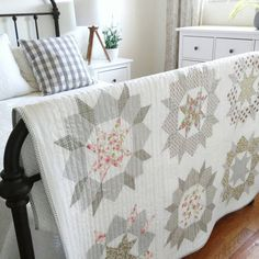 This neutral star quilt would make an amazing baby quilt gift. The creative quilt colors and simple quilt design are just so beautiful! Immediate quilt envy. Quilt Baby, Baby Girl Quilts, Girls Quilts, Patchwork Quilt, Star Quilts, Scrappy Quilts, Quilt Blocks, Star Blocks, Neutral Quilt