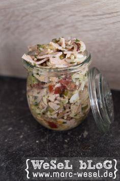 Wurstsalat im Glas / Wurstsalat in a jar.  Rezept für den weltbesten Wurstsalat.  Zutaten für den Wurstsalat (ca. 6 Personen) 500g Fleischkäse (als Aufschnitt) 3 mittelgroße Tomaten 3 gekochte Eier 6 Gewürzgurken 150g Reibekäse 1 Zwiebel Salatkräuter Gewürzessig, Öl Senf Gemüsebrühe (instant) Pfeffer, Salz