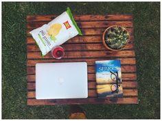 Ho appena finito di leggere Nei tuoi occhi ora aperitivo e poi cerco un altro libro da leggere.. Consigli?? #libri #books #book #booklover #bookstagram #reading #love #nicholassparks #neituoiocchi #inyoureyes #mac #apple #chips #cactus #nature #sunrise #goodtimes #instagood #photooftheday #onthetableproject @onthetable_project