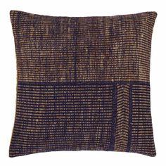 Beste Seide und stabilisierende Wolle machen die Qualität unseres Kissens Sarni aus. Von Hand in Korbbindung verarbeitet, besitzt das Kissen ein individuelles Design aus unebenen Streifen und Nähten sowie eine Rückseite aus reiner Baumwolle. Da der Stoff aus einem großen Stück Gewebe herausgeschnitten wird, ist jedes Kissen ein Unikat. Ein Reißverschluss am Saum schließt die zertifizierte Kissenfüllung.   Kombinieren Sie auch die passende Decke aus der gleichen Kollektion.   Wählen Sie ein…