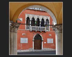 Palazzo Rosso Belluno - Venezianische Verwandtschaft di Hannes Gensfleisch     #belluno #italy #architecture