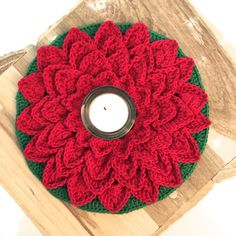 Nieuw patroon   Kerst bloem – Mara Maakt Christmas Crafts, Christmas Decorations, Holiday Decor, Crochet Tree Skirt, Crocodile Stitch, Christmas Crochet Patterns, Diy Arts And Crafts, Crochet Scarves, Crochet Flowers