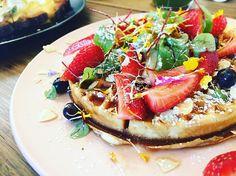 #sydneyfood #sydneyfoodie #sydneyfoodblogger #brunch#breakfast#strawberries#blueberries#waffles#almond#berries#cafe 人太多了排了好久的队伍~