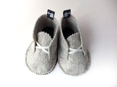 Children house shoes wool felt children clothing by svantjeshopGrey felt shoes with white laces.Fühlte Babyschuhe PDF Pattern Free Easy Video Tutorial Source by smilewithyoureySvantje kidswear & children clothing from Berlin, Germany by svantjeshopY Doll Shoe Patterns, Baby Shoes Pattern, Sewing Patterns, Felt Patterns Free, Free Pattern, Clothes Patterns, Dress Patterns, Toddler Outfits, Kids Outfits