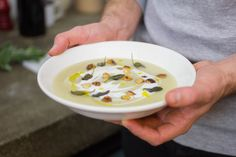 La nostra prima ricetta con il topinambur è una Vellutata al sapore di salvia con nocciole tostate. Siamo sicuri che ti piacerà molto!