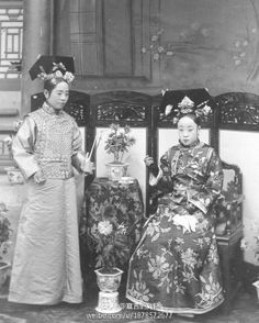 Princess Chun, Puyi's mother (seated). Shanghai Girls, Old Shanghai, Historical Costume, Historical Photos, Old Photos, Vintage Photos, Last Emperor Of China, Chinese Emperor, Black And White Theme