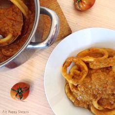 Ingredientes para 2 personas: – 1 pimiento rojo – 2 tomates maduros – 1/2 calabacín – 1/2 cebolla – 2 calamares grandes – 1 cda sopera de almendra molida – 150ml leche (cualquiera)  Procedimiento  Lavamos y cortamos la verdura. La trituramos unos segundos hasta que quede bien picadit