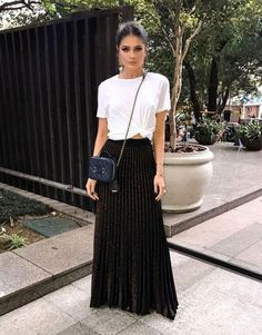 Summer is here (and if it's not summer where you are now, these summer looks might make you want to book a vacay to somewhere warm)! Below is a round up of some of the best street style outfits to inspire you this summer. Black Skirt Outfits, Maxi Skirt Outfits, Maxi Skirts, Maxi Skirt Black, Skirt Pleated, Long Skirts, Flowy Skirt, Pretty Outfits, Lace Skirt