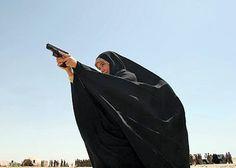Policial feminina iraquiana, com vestes muçulmanas. http://g1.globo.com/Noticias/Mundo/0,,MUL613690-5602,00-IRAQUE+ENTREGA+DIPLOMAS+A+POLICIAIS+FEMININAS+EM+KERBALA.html